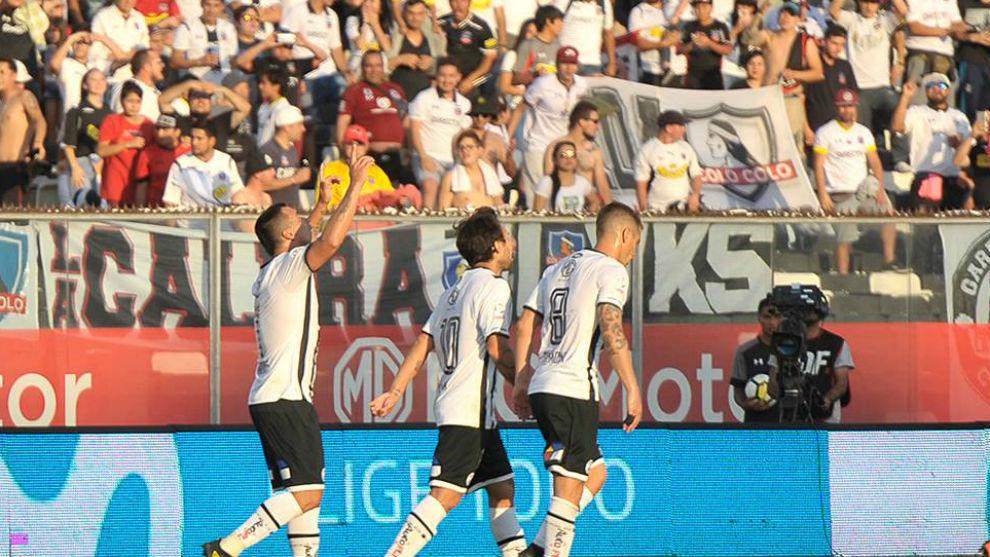 Los jugadores de Colo Colo celebran uno de los goles.