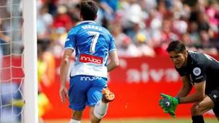 Gerard Moreno celebra uno de los dos goles ante la desesperación de...