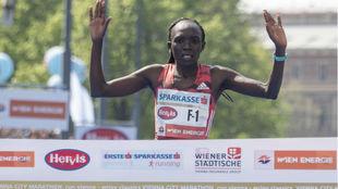La keniana Nancy Kiprop cruzando la meta en el Maratón de Viena