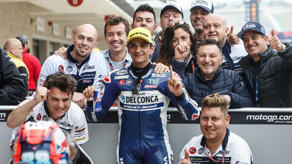 Jorge Martín celebra el triunfo junto a su equipo en el 'corralito'...