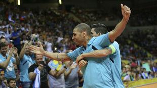 Elisandro y Ortiz celebran el tercer gol del Movistar Inter.