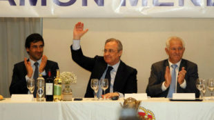 Raúl, Florentino y Efigenio Albadalejo, presidente de la Peña Ramón...