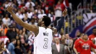 Wall celebra el triunfo con los fans de Washington