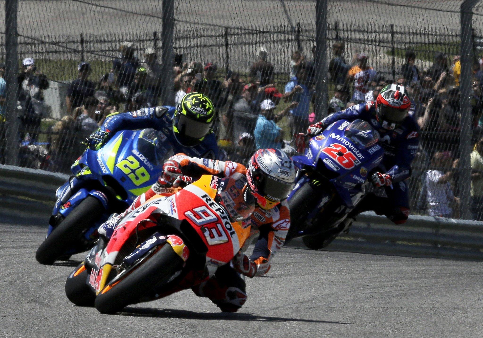 Márquez, por delante de Iannone y Viñales durante los compases...