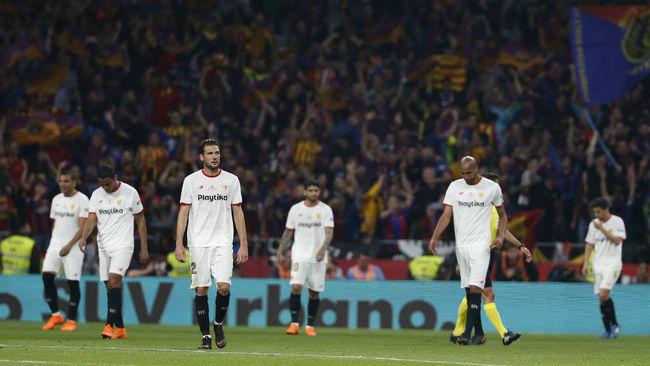 Los jugadores del Sevilla, abatidos tras la goleada en la final de...
