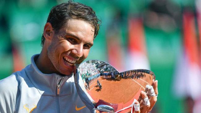 Nadal muerde el trofeo