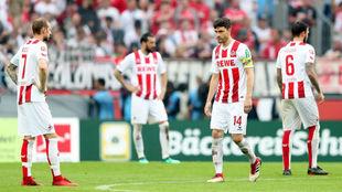 Jonas Hector, capitán del Colonia, se lamenta tras encajar un gol del...
