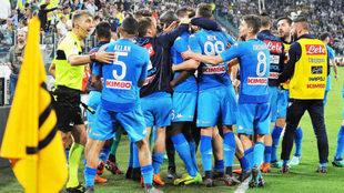 Los jugadores del Nápoles celebran el gol de Koulibaly.