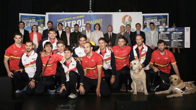 La selección española de fútbol 5 posa con los que han participado...