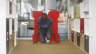 Usain Bolt posa en la redacción de MARCA durante una visita