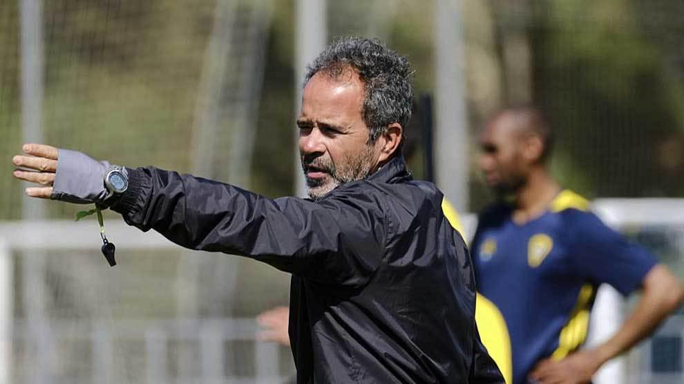 Álvaro Cervera da instrucciones en un entrenamiento la semana pasada...