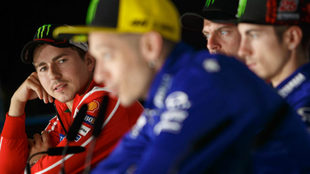 Lorenzo escucha a Rossi en una rueda de prensa.