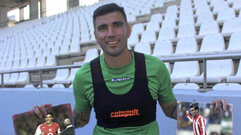 Reyes, con una fotografía de su época en el Arsenal y otra de su...