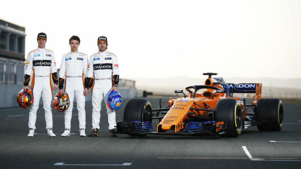 Noris entre Alonso y Vandoorne, en la presentación del MCL33, en el...