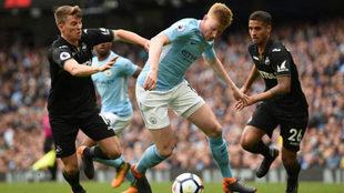 De Bruyne supera a dos rivales del Swansea.