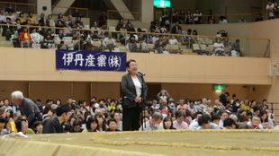 Tomoko Nakagawa, alcaldesa de Takarazuka, da un discurso fuera del...