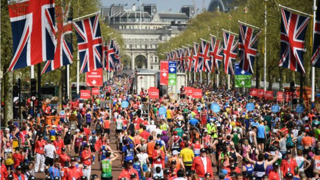 Cientos de personas se congregan tras la meta del maratón de Londres