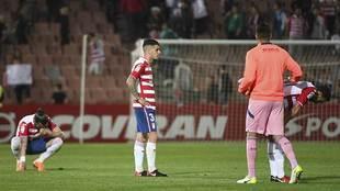 Los jugadores del Granada, desolados tras escaparse el triunfo ante la...