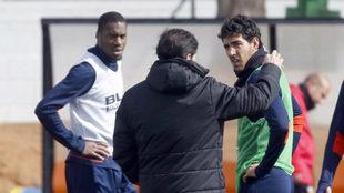 Parejo y Kondogbia charlan con Marcelino en Paterna.