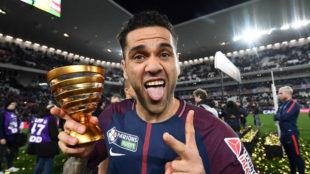 Alves celebra la Liga con el PSG