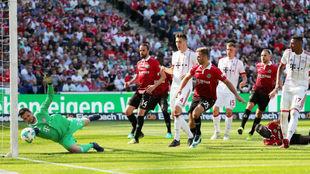 Sven Ulreich evita un gol en el partido del Bayern contra el Hannover.