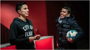 Salcedo, con Pardo en un acto de la Bundesliga.