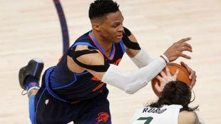 Russell Westbrook pelea por un balón con Ricky Rubio