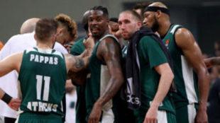 Conjura de los jugadores del Panathinaikos tras ganar el primer...
