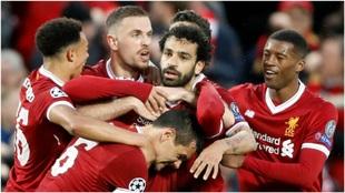 Los jugadores del Liverpool celebran uno de los goles de Salah.