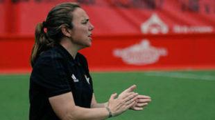 María Pry dirigiendo un partido de la Liga Iberdrola esta temporada.