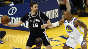 Pau Gasol intenta encontrar un compañero ante West