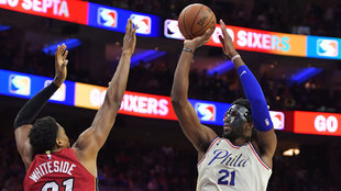 Embiid lanza a canasta ante Whiteside