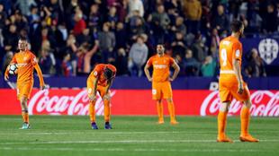 Los jugadores del Málaga, tras consumarse el descenso en Valencia.
