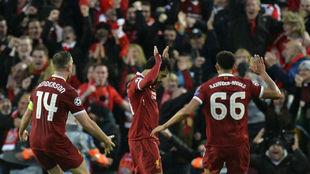 Salah levanta los brazos pidiendo perdón a la afición de la Roma...