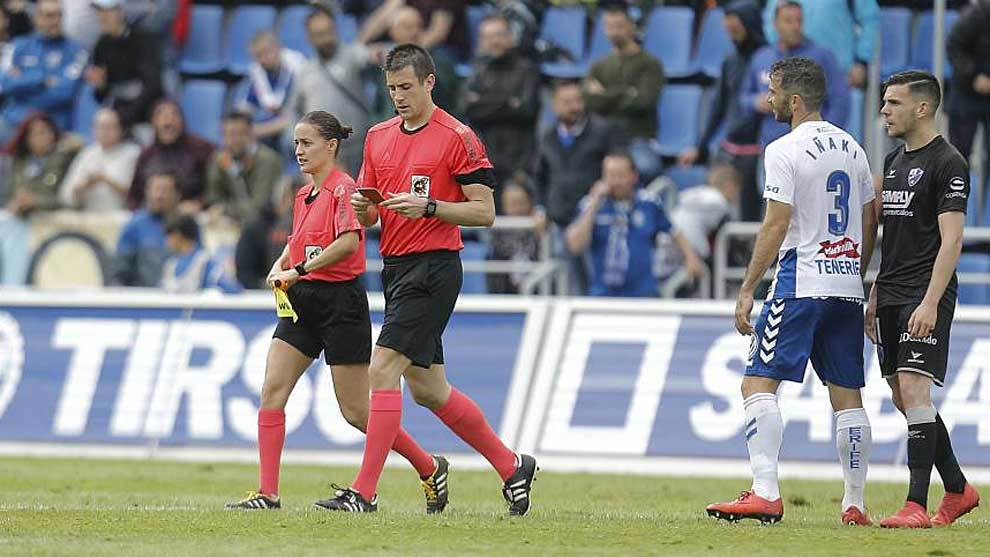 Díaz de Mera y su asistente abandonan el terreno de juego tras el...