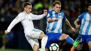 Miquel con Lucas Vázquez en el duelo ante Real Madrid