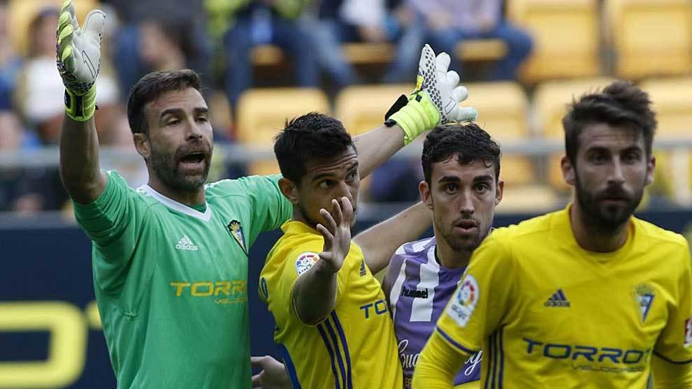 El pichichi Jaime Mata no encuentra hueco entre la defensa del Cádiz