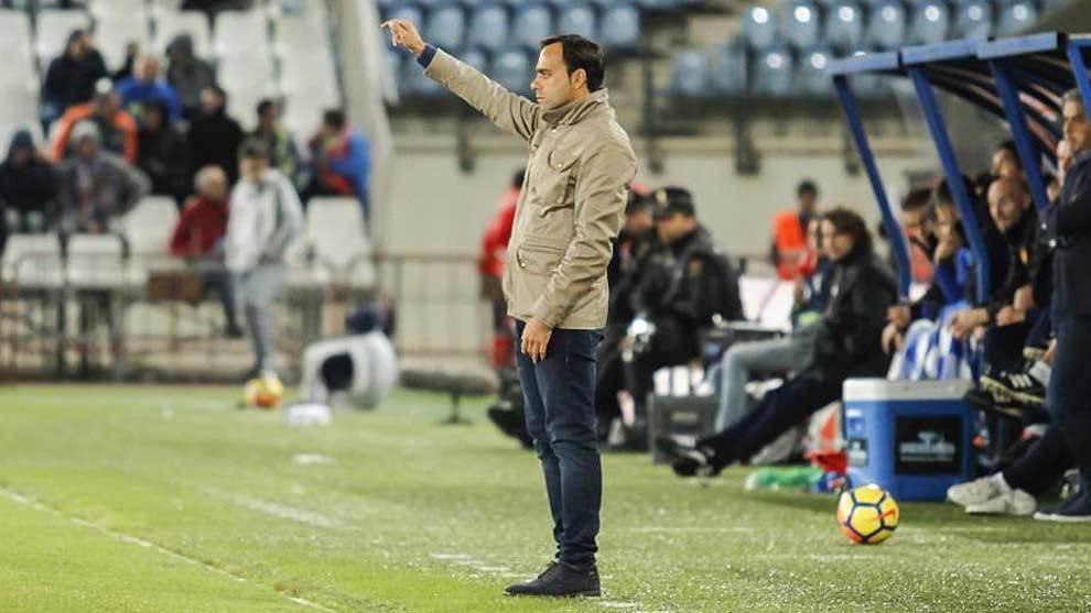 Fran Fernández da instrucciones en la banda durante el partido ante...