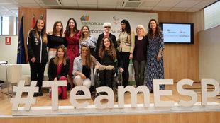 Las participantes en la Jornada Iberdrola con las deportistas...
