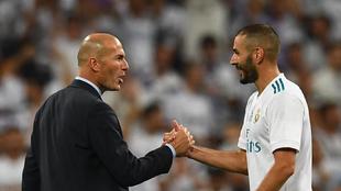 Zidane saluda a Benzema en un partido
