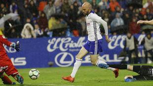 Toquero remata un balón en La Romareda.