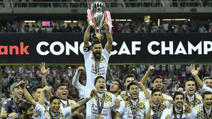 El equipo le dio el trofeo a Miguel Basulto para levantarlo en honor a...