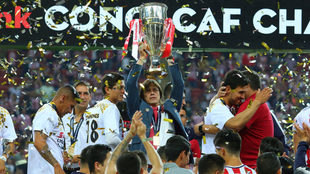 Almeyda levanta el trofeo de Concacaf.