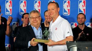 Mike Budenholzer recibiendo el premio a mejor entrenador de la NBA en...
