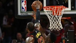 Momento del decisivo tapón de LeBron James a Victor Oladipo