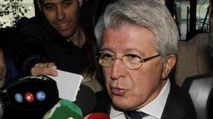 Enrique Cerezo atiende a los medios de comunicación.