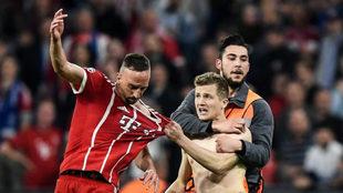 Un espontáneo agarra a Ribery tras el partido.