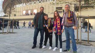 José María, su hijo Andrés, Diana y su padre Carlos, frente al...