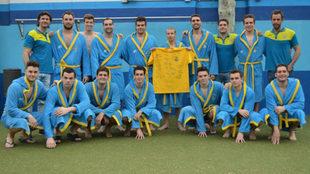 Enrique Barba, en el centro sosteniendo una camiseta, junto con sus...