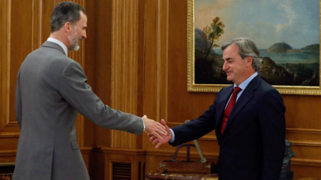 El Rey Felipe saluda a Carlos Sainz.